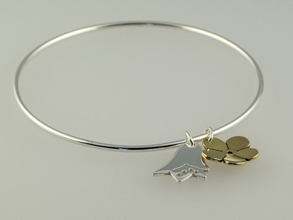 silver bangle with meadow flower charms €29.50