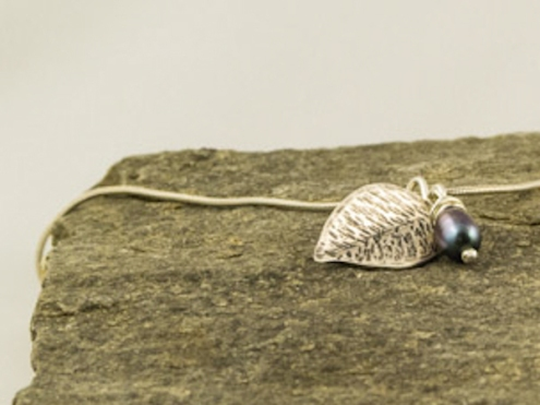 silver leaf & freshwater pearl necklace €38