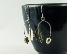 silver oak leaf and freshwater pearl acorn earrings €42